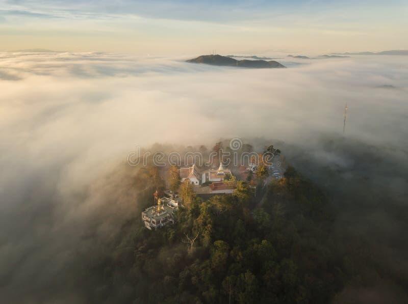 Bourdon tiré du temple sur la couverture maximale de montagne avec la brume pendant le matin photo libre de droits