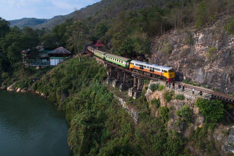 Bourdon tiré du train ferroviaire de la mort sur le pont de Kwai de rivière chez Kanchanaburi photo stock