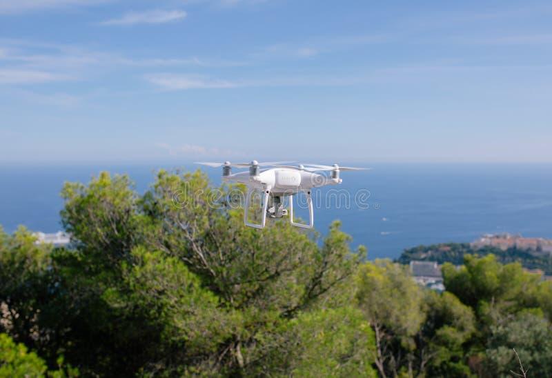 Bourdon, volant contre le contrôleur de rc de caméra de mouche de fpv de quadrocopter de ciel bleu photo libre de droits