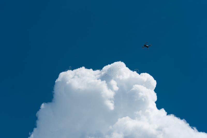 Bourdon volant haut avec le ciel nuageux bleu photo libre de droits