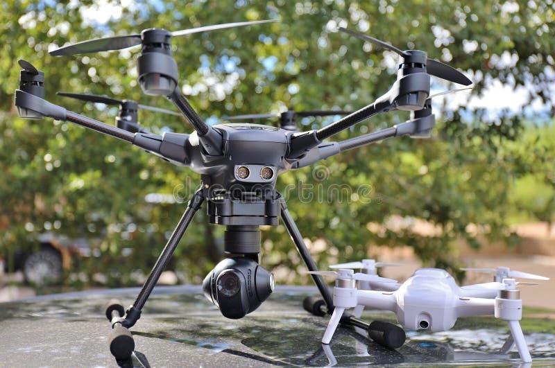 BOURDONS - Grand et petit UAV d'appareil-photo/UAS images stock