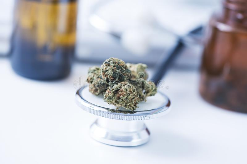 Bourgeons de marijuana sur une table de médecins photographie stock