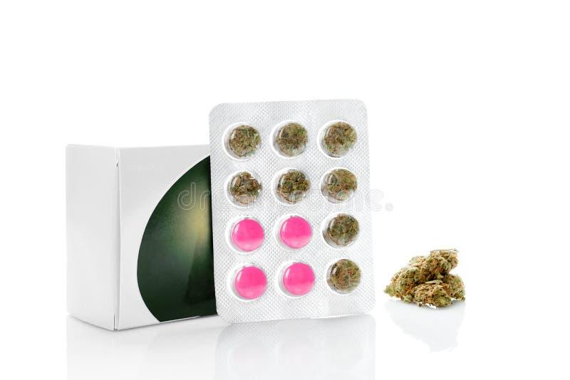 Bourgeons médicaux de marijuana contre les pilules pharmaceutiques images libres de droits