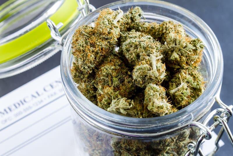 Bourgeons médicaux de marijuana sur le fond noir photos libres de droits