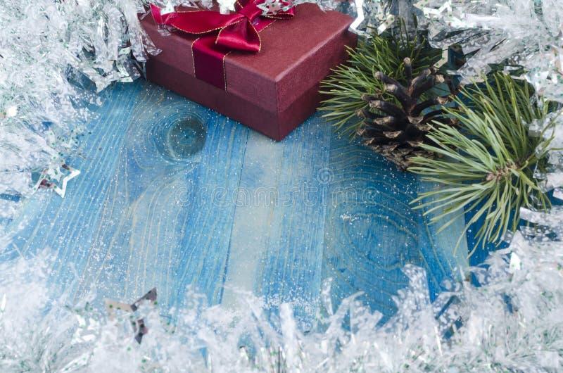 Bourgognegåvaask med pilbågen på blå julbakgrund arkivfoto