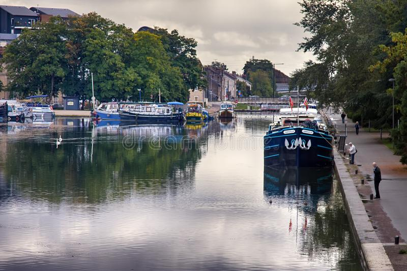 Bourgognekanal, förtöjde husbåtar fotografering för bildbyråer