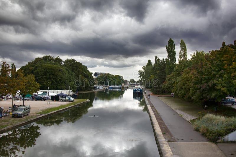 Bourgognekanal, förtöjde husbåtar arkivbild