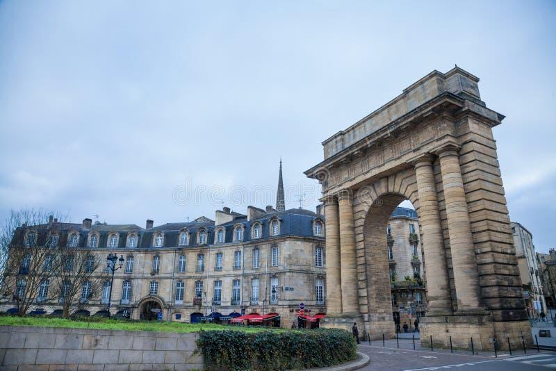 Bourgogneport Porte de Bourgogne på skymning med traditionella Bordeaux byggnader bakom royaltyfri foto