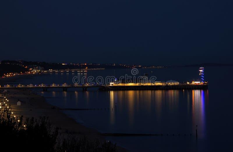 Bournemouth molo zaświecający w górę nocy przy przy fotografia royalty free