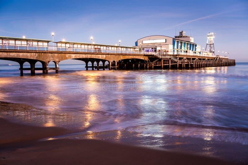 Bournemouth pir på natten Dorset royaltyfri bild