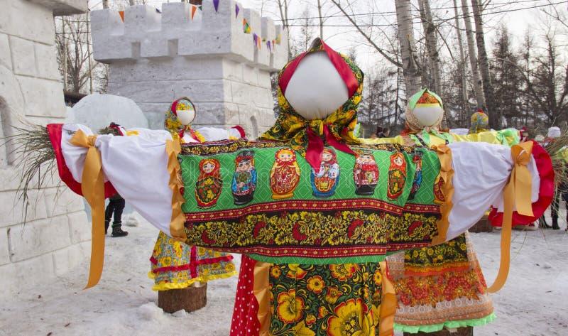 Bourré dans des vêtements russes traditionnels images libres de droits