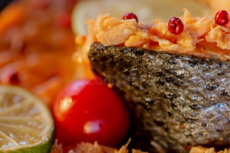 Bourré pêchez un saumon et une tomate photo stock