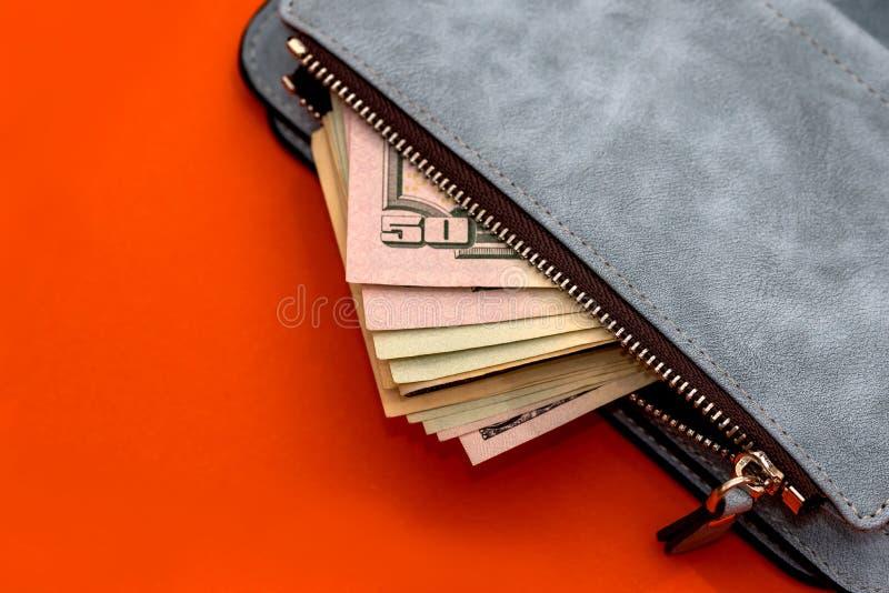 Bourse en cuir avec des billets de banque des dollars photos stock