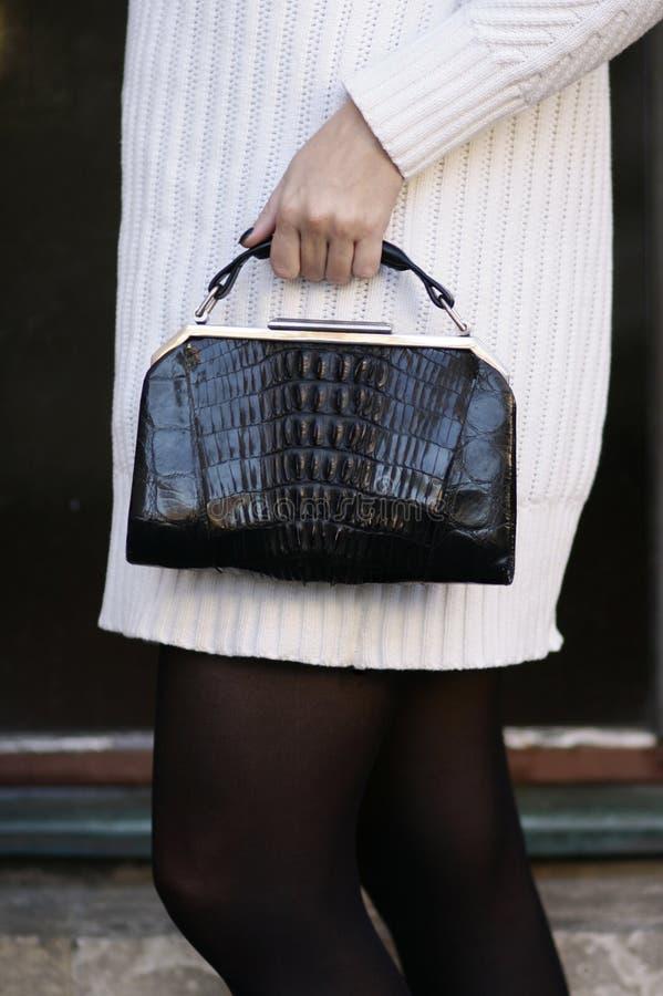 Bourse noire de crocodile d'art déco et détail blanc de mode de chandail image libre de droits