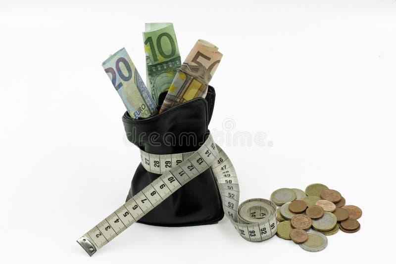 Bourse resserrée avec d'euro billets de banque et pièces de monnaie d'isolement sur le fond blanc images libres de droits