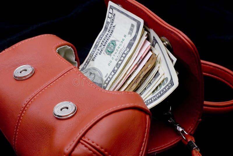 Bourse rouge avec de l'argent images stock