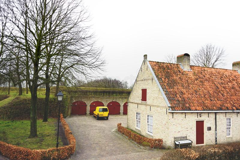 Bourtange, provincia de Groninga, Países Bajos - 18 de marzo de 2012: Pequeña casa en Bourtange, provincia de Groninga, los Paíse imágenes de archivo libres de regalías