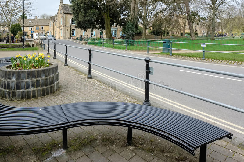 BOURTON-ON-THE-WATER, GLOUCESTERSHIRE/UK - MARCH 24 : Street Vie royalty free stock photography