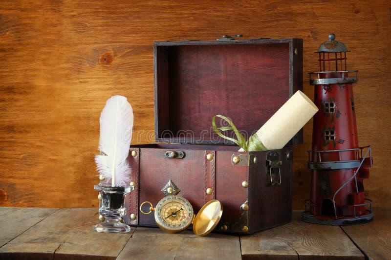 Boussole antique, encrier encastré et vieux coffre en bois sur la table en bois vieille photo de style noir et blanc photos stock