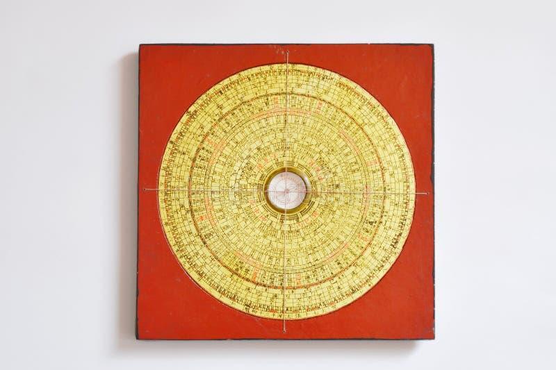 Boussole chinoise pour la mesure Feng Shui dans la maison images stock