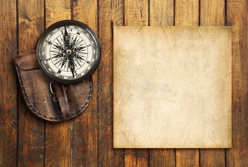 Boussole de vintage sur le fond en bois avec le blanc pour votre texte photographie stock