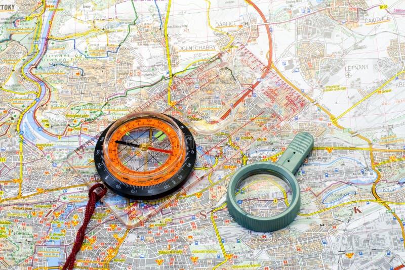 Boussole et handglass sur une carte