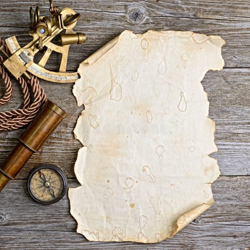 Boussole, sextant et regard sur le bois de construction images libres de droits