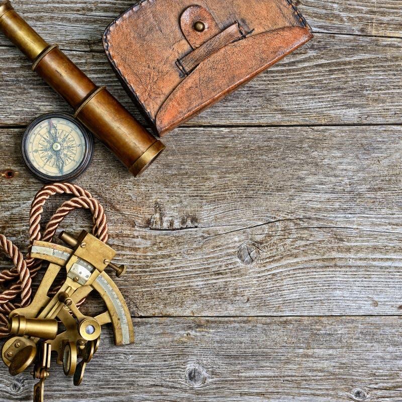 Boussole, sextant et regard sur le bois de construction image stock
