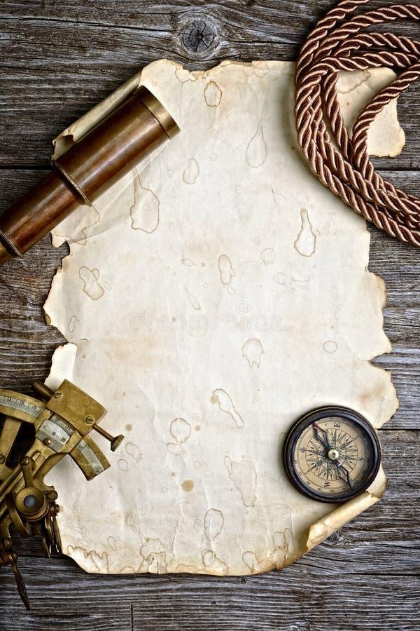 Boussole, sextant et regard sur le bois de construction photographie stock