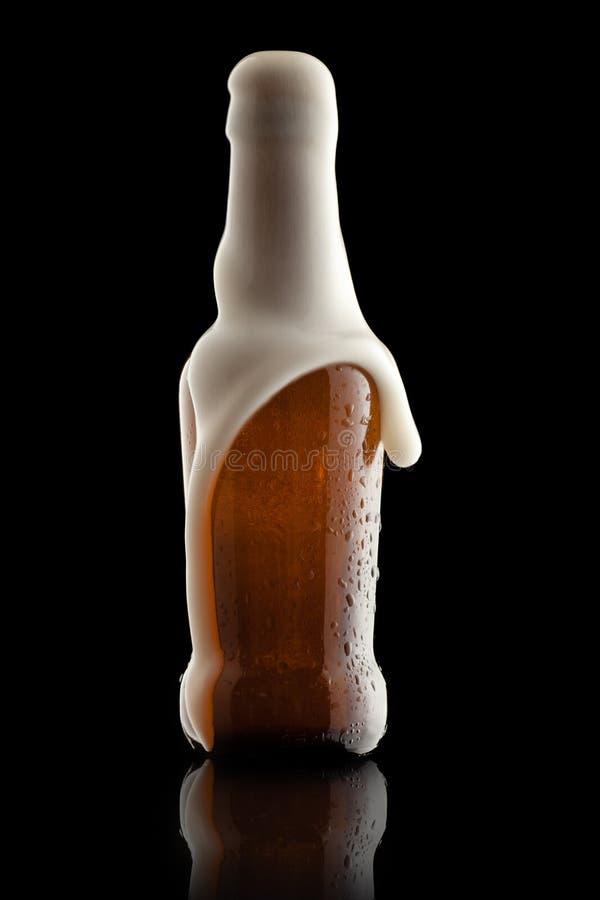 Bouteille à bière avec des lessives photographie stock libre de droits
