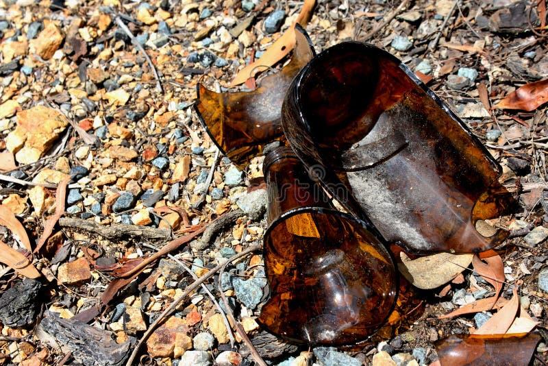 bouteille à bière cassée images stock