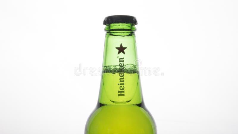 Bouteille à bière de Heineken images stock