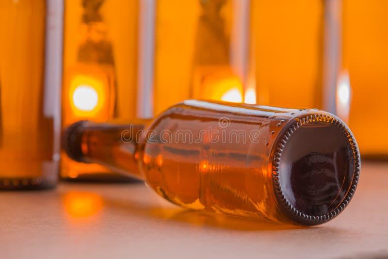 Bouteille à bière se couchant images stock