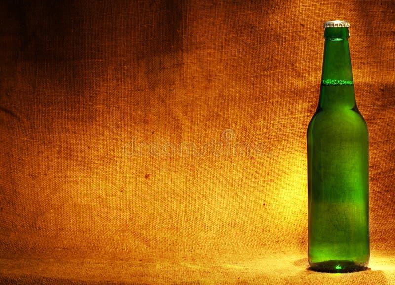 Bouteille à bière sur le renvoi photographie stock