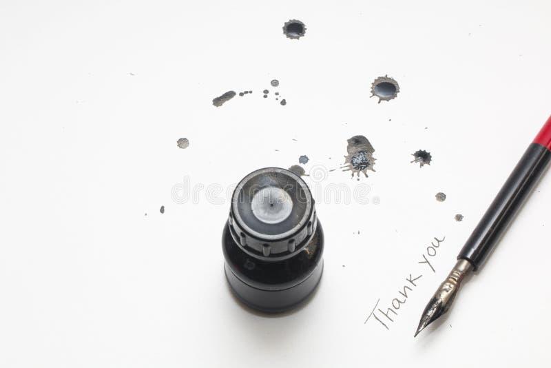 Bouteille à l'encre noire avec le stylo et la tache signature photo libre de droits