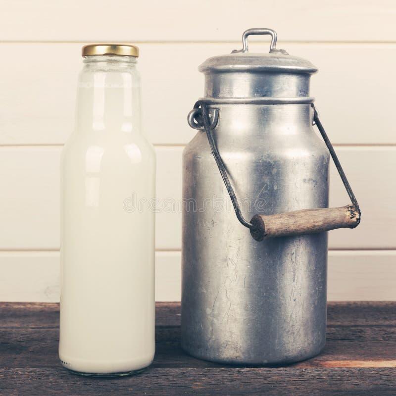 Bouteille à lait et vieille boîte en aluminium image stock