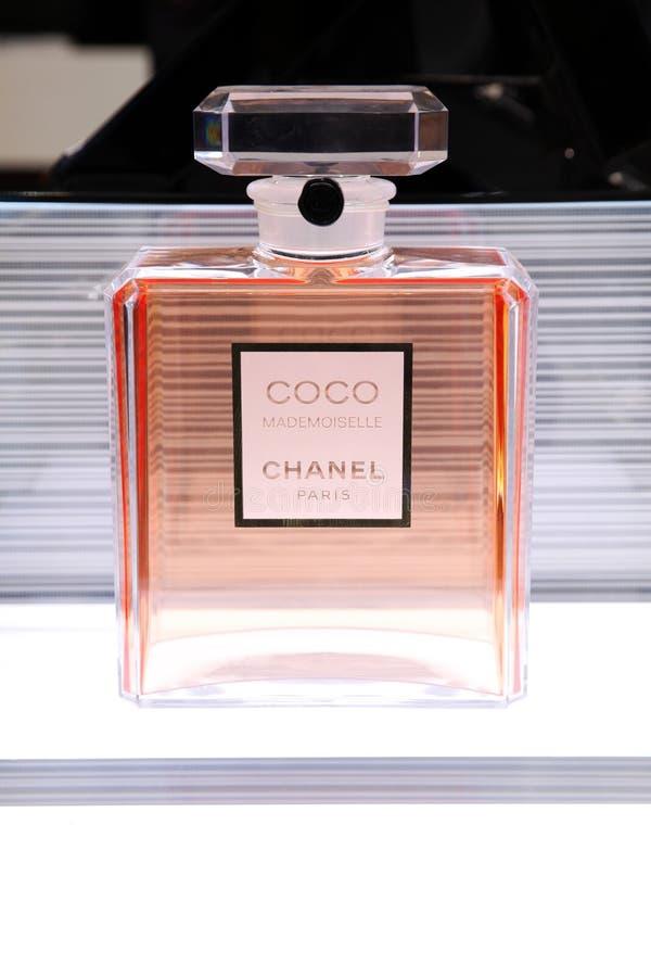 Bouteille énorme de parfum de Chanel de Coco Mademoiselle moscou 20 03 2019 photo libre de droits