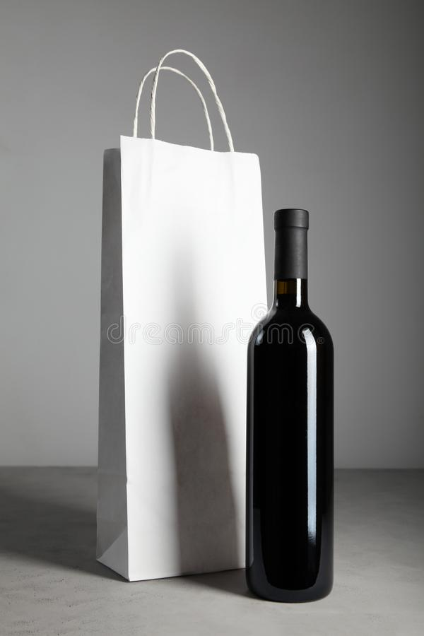 Bouteille antique de vin de cru Boisson alcoolis?e traditionnelle photographie stock libre de droits