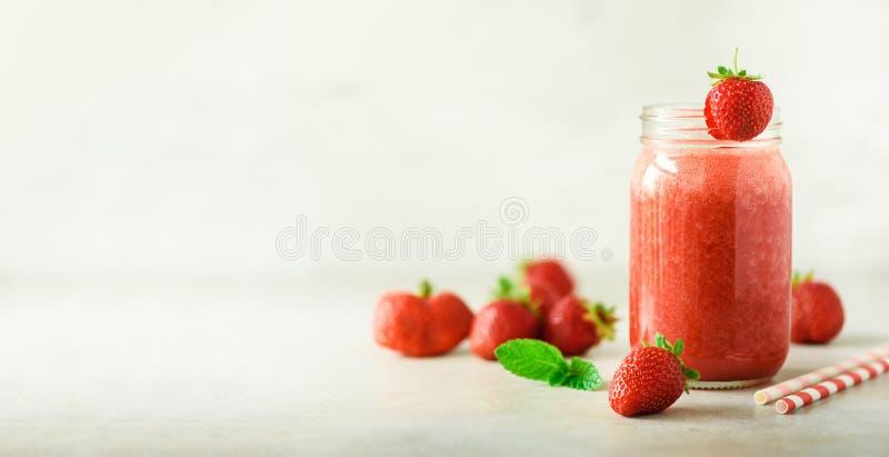 Bouteille avec le smoothie de fraise de vegan sur le fond gris avec l'espace de copie drapeau Concept de nourriture d'été, régime photo libre de droits