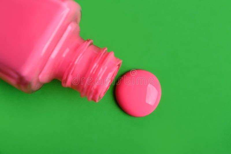 Bouteille avec le vernis à ongles renversé images libres de droits
