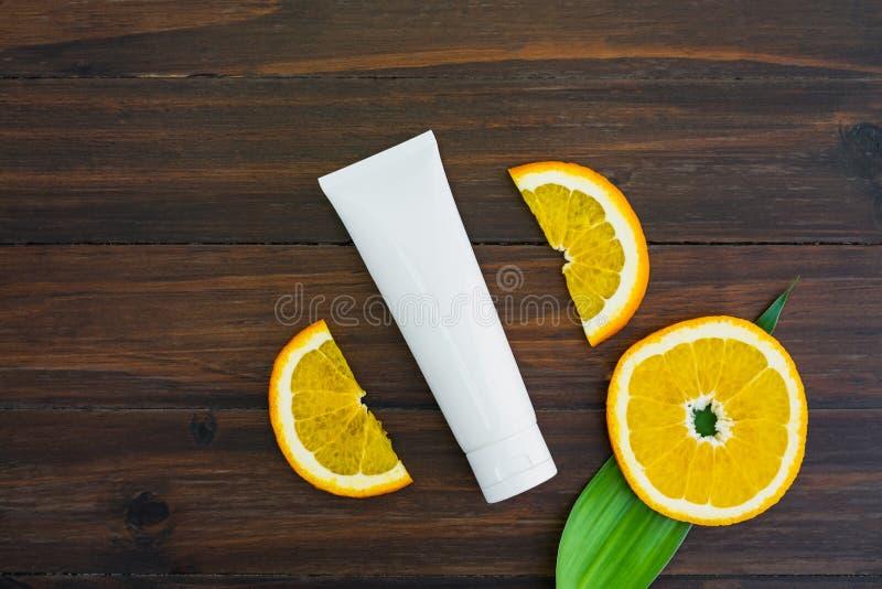 Bouteille blanche et p?trole de vitamine C faits ? partir de l'extrait orange de fruit, maquette de marque de produit de beaut? images stock