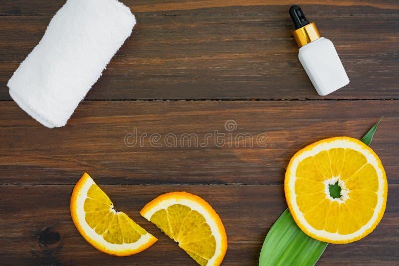 Bouteille blanche et p?trole de vitamine C faits ? partir de l'extrait orange de fruit, maquette de marque de produit de beaut? photo stock
