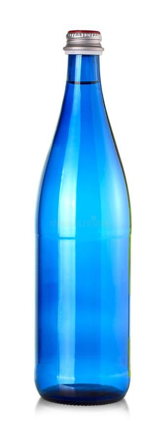 Bouteille bleue de minerai de l'eau d'isolement sur le fond blanc images stock