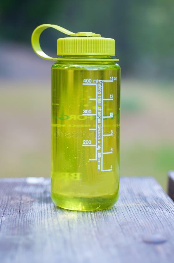 bouteille campant augmentant l'eau photo stock