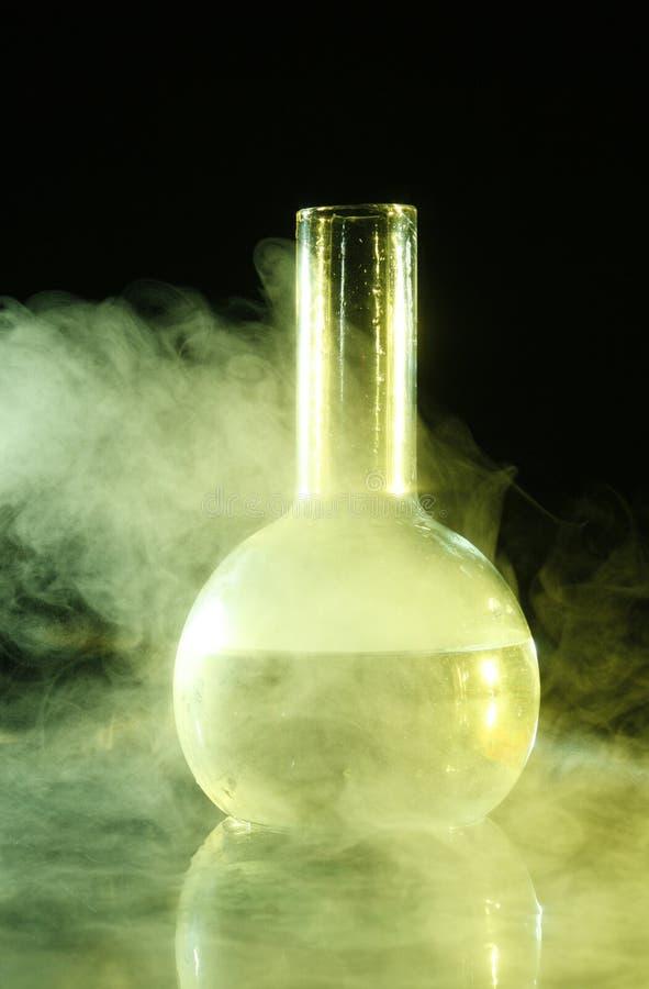 Bouteille chimique en vapeur image libre de droits