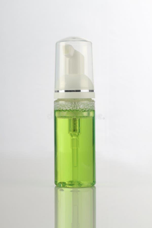 Bouteille cosmétique verte de pompe de produit pour la maquette photo libre de droits
