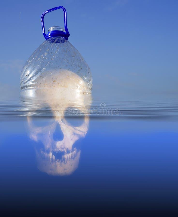 Bouteille d'ANIMAL FAMILIER humain de crâne et eau de mer en plastique photo libre de droits