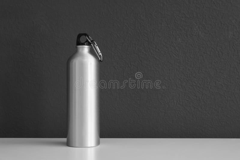 Bouteille d'eau en aluminium pour des sports sur le fond gris images stock