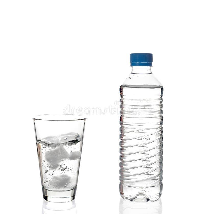 Bouteille d'eau et une glace photos stock