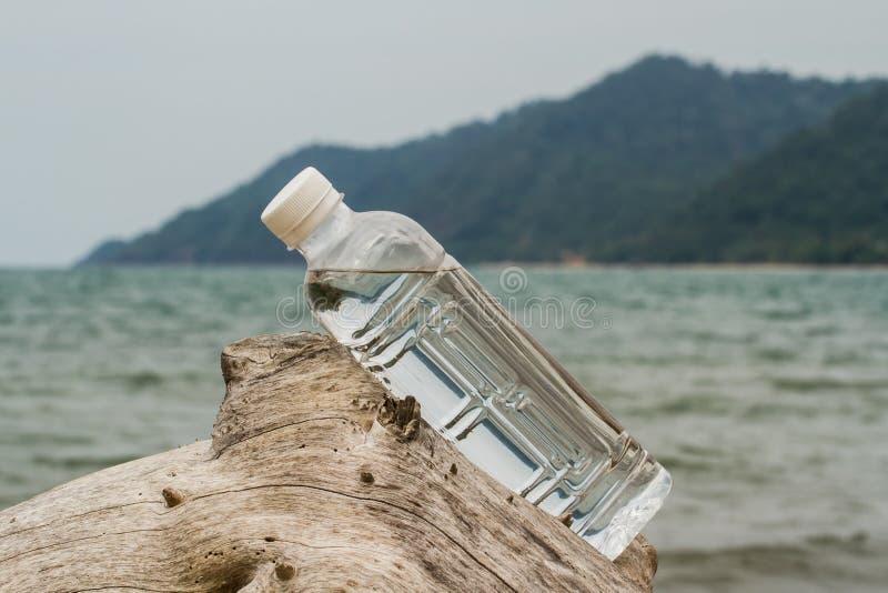 Bouteille d'eau potable images stock
